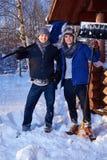Deux amis pellant la neige de la cour en cottage d'hiver Images libres de droits