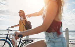 Deux amis pour un tour de vélo le jour ensoleillé Photo stock