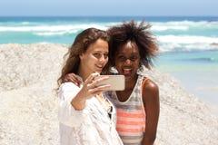 Deux amis prenant le selfie avec le téléphone portable Images libres de droits