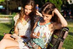 Deux amis prenant le selfie par le smartphone Photographie stock