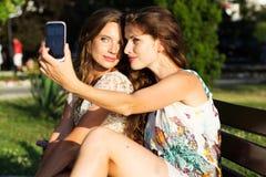 Deux amis prenant le selfie par le smartphone Photos libres de droits
