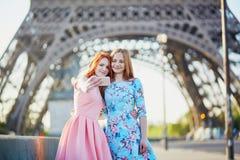 Deux amis prenant le selfie près de Tour Eiffel à Paris, France images stock
