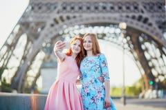 Deux amis prenant le selfie près de Tour Eiffel à Paris, France Photographie stock