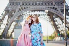Deux amis prenant le selfie près de Tour Eiffel à Paris, France Images libres de droits