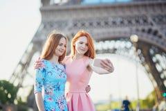 Deux amis prenant le selfie près de Tour Eiffel à Paris, France Photos libres de droits