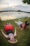 Deux amis refroidissant par le lac images libres de droits