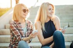 Deux amis regardant des photos sur un téléphone portable Photo libre de droits