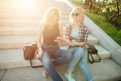 Deux amis regardant des photos sur un téléphone portable Image stock