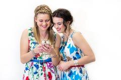 Deux amis regardant le téléphone intelligent Image libre de droits