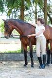 Deux amis - repos de fille et de cheval Image stock