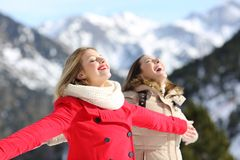 Deux amis respirant l'air frais en hiver dans la montagne Photo libre de droits