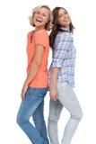 Deux amis riant de nouveau au dos Image libre de droits