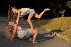 Deux amis riants de femme couverts de colofrul peignent avoir le fu Photos libres de droits