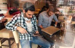 Deux amis s'asseyant au café Photographie stock libre de droits