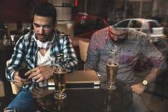 Deux amis s'asseyant au café Photos libres de droits