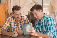 Deux amis s'asseyant au café Image libre de droits
