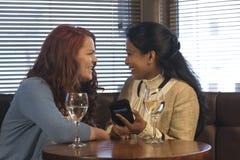 Deux amis s'asseyant dans un bar Photo libre de droits