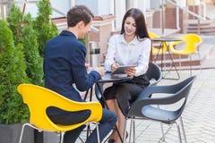Deux amis s'asseyant en café et discutant leurs affaires Photo stock