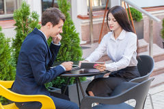 Deux amis s'asseyant en café et discutant leurs affaires Photos stock