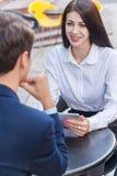 Deux amis s'asseyant en café et discutant leurs affaires Image stock