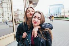 Deux amis se réunissant dans la rue de la ville et d'étreindre amitié, concept de bonheur Photographie stock libre de droits