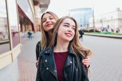 Deux amis se réunissant dans la rue de la ville et d'étreindre amitié, concept de bonheur Image stock