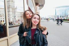 Deux amis se réunissant dans la rue de la ville et d'étreindre amitié, concept de bonheur Photographie stock