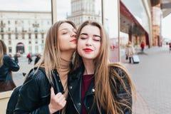 Deux amis se réunissant dans la rue de la ville et d'étreindre amitié, concept de bonheur Photo libre de droits