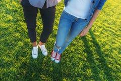 Deux amis se tenant dans des espadrilles dehors Photos libres de droits