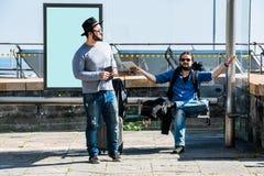 Deux amis sont attendants et devenants fous en raison du retard Photo libre de droits