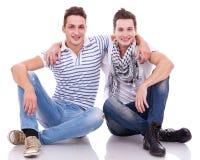 Deux amis souriant à l'appareil-photo Photographie stock