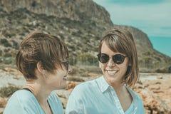 Deux amis souriant et heureux Verticale de deux jeunes filles Images libres de droits