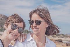 Deux amis souriant et heureux Verticale de deux jeunes filles Image libre de droits