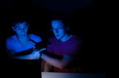 Deux amis sur la causerie de webcam Images libres de droits