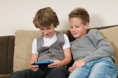 Deux amis sur un computergame photo libre de droits