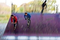 Deux amis sur un scooter Photo libre de droits