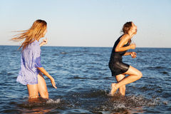 Deux amis sur une plage Image libre de droits