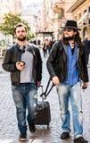 Deux amis, touristes recherchent leur hôtel sur le smartphone, Photographie stock