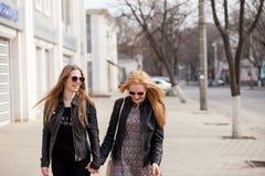 Deux amis traînant dans la ville Photos stock