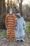 Deux amis utilisant des costumes de carnaval de chat et de chien Images stock