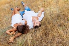 Deux amoureux sur l'herbe Photographie stock