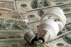 Deux ampoules sur des dollars images stock