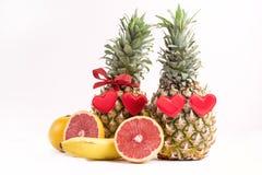 Deux ananas mûrs sur l'espace juteux mûr de copie de concept de nourriture de jour de valentines de St de pamplemousse de fruits  Image libre de droits