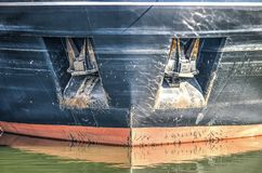 Deux ancres dans une coque du ` s de bateau image libre de droits