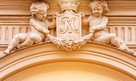 Deux anges antiques sous forme d'enfants sur l'architecture de bâtiment Photos libres de droits