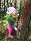 Deux années de fille se cachant dans une forêt d'automne Image libre de droits