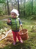 Deux années de fille trouvant des champignons dans une forêt Photographie stock libre de droits