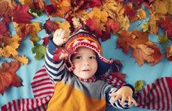 Deux années de garçon rêvant en automne Photos stock