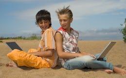 Deux années de l'adolescence avec des ordinateurs portatifs Photos stock