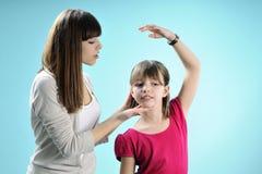 Deux années de l'adolescence blanches exerçant la danse Photographie stock